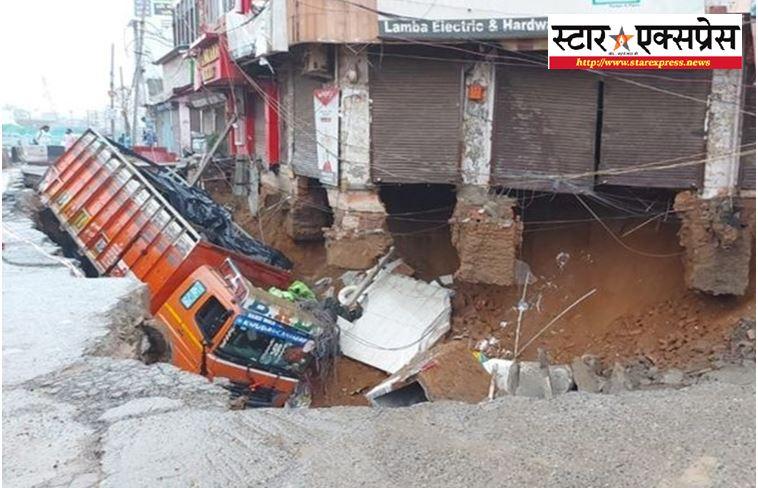 Photo of दिल्ली मे बारिश की वजह से नजफगढ़ की सड़क के गड्ढे मे धंसा ट्रक
