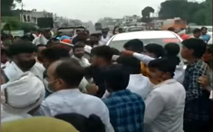 Photo of ब्लॉक प्रमुख चुनाव नामांकन के दौरान भाजपा और सपा कार्यकर्ताओं की आपस मे जमकर हुई मारपीठ, किया हंगामा