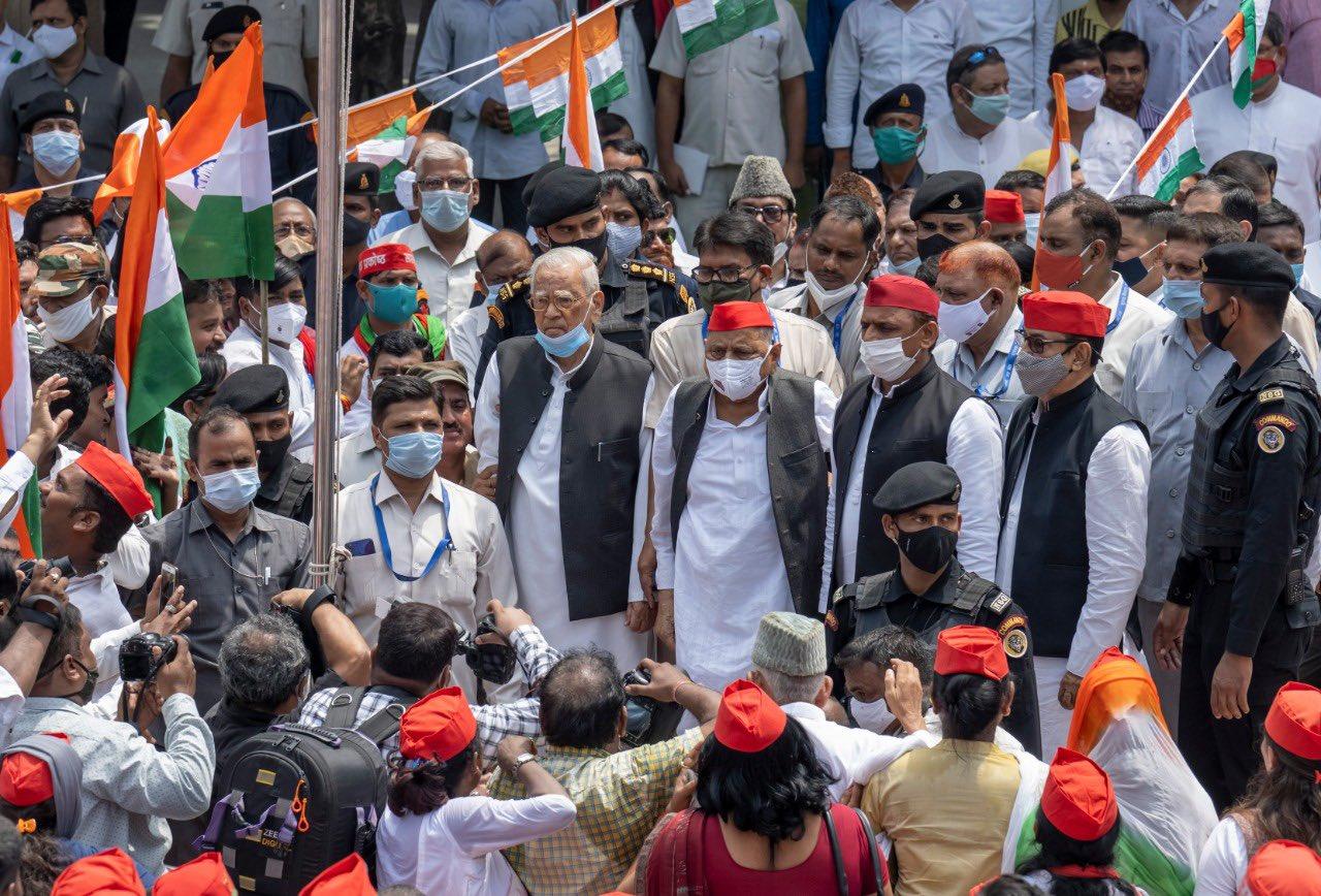 Photo of 15 अगस्त पर मुलायम सिंह ने फहराया तिरंगा तो अखिलेश यादव ने कुछ इस तरह दी स्वतंत्रता दिवस की बधाई