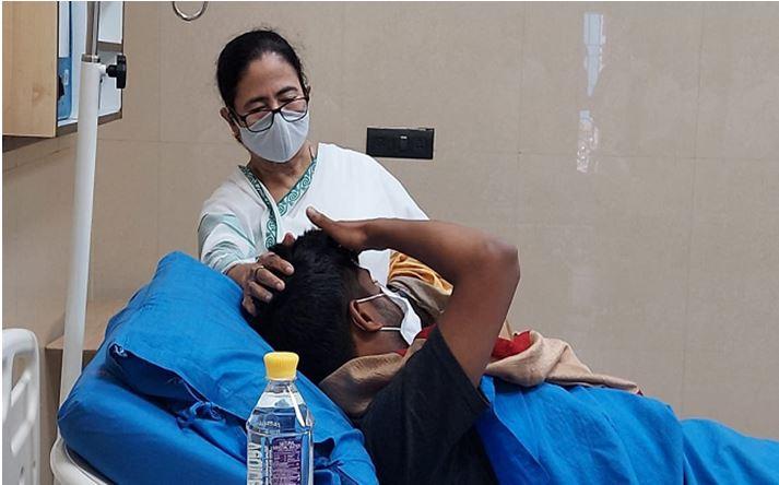 Photo of त्रिपुरा में घायल कार्यकर्ताओं से अस्पताल में मिलने पहुंची मुख्यमंत्री ममता बनर्जी