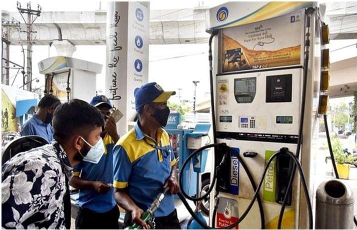 Photo of पेट्रोल और डीजल की कीमतों में आई मामूली गिरावट, रेट जानने के लिये पढ़े पूरी खबर