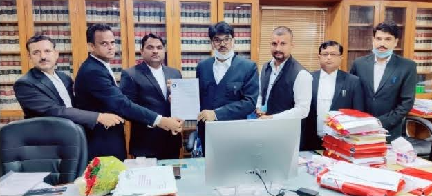 Photo of ताजनगरी के अधिवक्ता, चेंबर तोड़े जाने के आदेश को लेकर बार काउंसिल ऑफ इंडिया के चेयरमैन से की मुलाकात