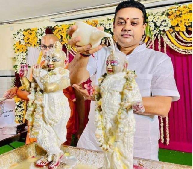 Photo of मूर्ति के पीछे खड़े होकर पूजा करते संबित पात्रा ने शेयर की फोटो, तो लोगो ने कसा तंज, कही ये बातें